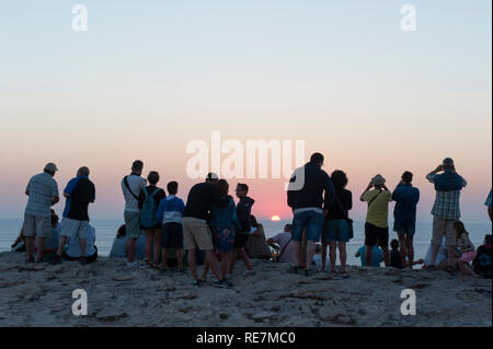People watching the sun set, Cabo Sao Vicente lighthouse, Sagres, Algarve, Portugal - Stock Photo