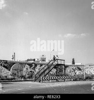August 1986, Berlin Wall graffitis, young couple on observation platform, East Berlin watchtower, Kreuzberg, West Berlin side, Germany, Europe, - Stock Photo
