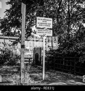 August 1986, warning sign for end of American sector in front of Berlin Wall, West Berlin side, Germany, Europe, - Stock Photo