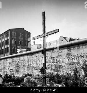 August 1986, Peter Fechter Memorial with cross, graffitis on the Berlin Wall, Zimmerstrasse street, Kreuzberg, West Berlin side, Germany, Europe, - Stock Photo