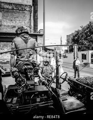 August 1986, Berlin, US Army Wall patrol at Allied Checkpoint Charlie, Friedrichstrasse street, Kreuzberg, West Berlin side, Germany, Europe, - Stock Photo