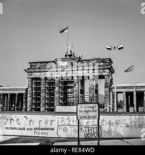 August 1986, Berlin Wall and Brandenburg Gate in East Berlin, West Berlin side, Germany, Europe, - Stock Photo