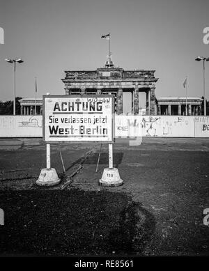 August 1986, leaving West Berlin warning sign in front of the Berlin Wall, Brandenburg Gate in East Berlin, West Berlin side, Germany, Europe, - Stock Photo