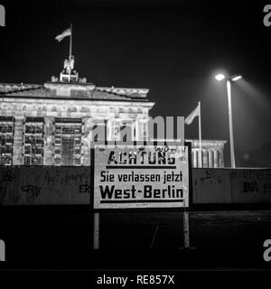 August 1986, leaving West Berlin warning sign front of the Berlin Wall, Brandenburg Gate at night in East Berlin, West Berlin side, Germany, Europe, - Stock Photo
