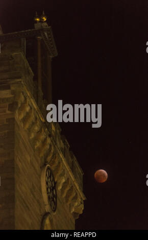 Perth, Scotland, UK, 21st January, 2019.  The blood moon of the total lunar eclipse illuminates the medieval clock tower of St John's Kirk in Perth, Scotland's newest city.  Alan Paterson/Alamy Live News - Stock Photo