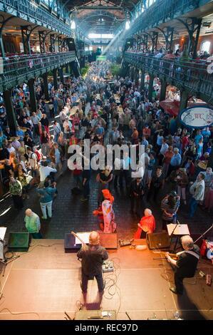 Dance and entertainment at the Sunday fish market, Fischmarkt, St Pauli, Hamburg, Germany - Stock Photo