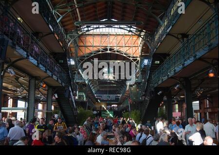 Dance and entertainment at the Sunday fish market, Fischmarkt, St Pauli, Hamburg - Stock Photo