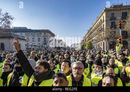 Barcelona, Catalonia, Spain. 21st Jan, 2019. A crowd of taxi drivers with yellow vests are seen gathering in front of the Parliament of Catalonia during the strike.Fourth day strike, After not being received in the Parliament of Catalonia, the taxi drivers in demonstration have cut off traffic from Ronda del Litoral route, The pre-reservation time of the VTC services (Uber and Cabify), which the Government wants to fix in 15 minutes and the unions in 12 hours, it is the strong point of the disagreement. Credit: Paco Freire/SOPA Images/ZUMA Wire/Alamy Live News