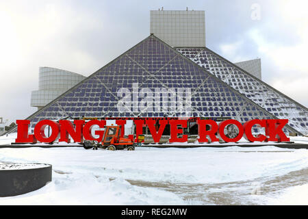Cleveland, Ohio, USA, 21st January, 2019.  Snow from winter storm Harper is cleared in front of the Rock and Roll Hall of Fame and Museum in preparation for Martin Luther King Day activities.  Credit: Mark Kanning/Alamy Live News. - Stock Photo