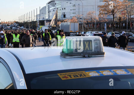 Madrid, Spain. 21st Jan, 2019. Protesters approaching the M-11. In Madrid, they have now cut the M-11 near Ifema, in both directions. The taxi drivers from Madrid, who have started a strike on Monday, have announced that they maintain the indefinite strike after reaching no pre-agreement with the president of the Community of Madrid. Credit: Jesús Hellin/Alamy Live News - Stock Photo