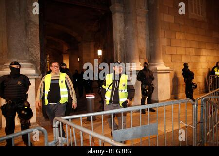 Barcelona, Spain. 21st Jan, 2019. A representative of Barcelona's taxi drivers, in indefinite strike since past Friday, enters the Palau de la Generalitat (palace of the Catalan Government), in Barcelona, Catalonia, Spain, 21 January 2019, where a meeting between Catalan President Quim Torra and councillors Miquel Buch, of Home Affairs, and Damia Calvet, of Territory, is taking place. Credit: Alejandro Garcia/EFE/Alamy Live News