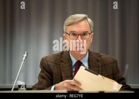 Oldenburg, Germany. 22nd Jan, 2019. Henning Saß, an expert in the trial of Niels Högel, who is accused of murdering 100 patients, is sitting in the courtroom during the day of the trial. The former nurse, who has already been sentenced to life imprisonment for two murders in 2015, among other things, has been on trial again since the end of October 2018. Credit: Mohssen Assanimoghaddam/dpa/Alamy Live News - Stock Photo
