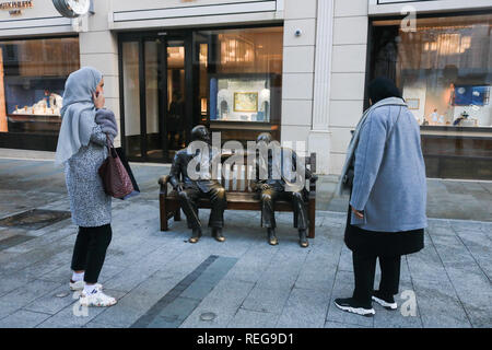 London, UK. 22nd Jan, 2019. Allies sculpture after it was vandalised. Tourists take pictures of 'Allies sculpture in Bond Street by Lawrence Holfcener featuring British Prime Minister Sir Winston Churchill and American President Franklin D Roosevelt has been cleaned after it was vandalised with white paint Credit: amer ghazzal/Alamy Live News - Stock Photo