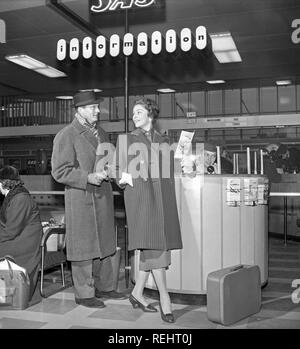 Couple in the 1950s. A young couple in an airport, ready for their holiday trip with SAS. Sweden 1950s. Photo Kristoffersson Ref CB15-10 - Stock Photo