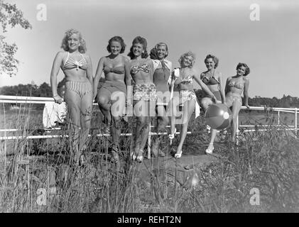 1940s summer. A group of young women in their bikinis and bathing suits are looking happy on this summer's day. Sweden 1949. Photo Kristoffersson Ref 7K-22 - Stock Photo