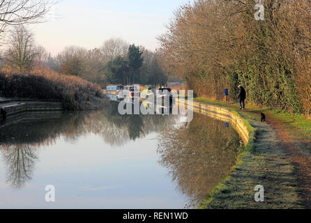 narrow boats along the oxford canal near fenny compton oxfordshire in winter - Stock Photo