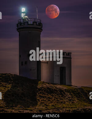 A super blood wolf moon lunar eclipse over the Elie Ness Lighthouse in the East Neuk of Fife - Stock Photo