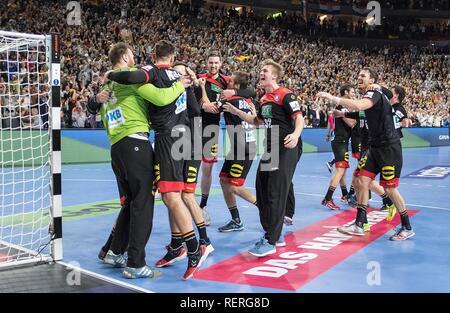 final jubilation Team GER, left to right goalkeeper Andreas WOLFF (GER), Fabiab WIEDE (GER), Hendrik PEKELER (GER), Fabian BOEHM (Bohm, GER), Franz SEMPER (GER), Kai HAEFNER (Hafner, GER) Main Round Group I, Croatia (CRO) - Germany (GER), on 21/01/2019 in Koeln / Germany. Handball World Cup 2019, from 10.01. - 27.01.2019 in Germany / Denmark. | usage worldwide - Stock Photo