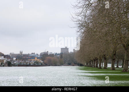 Windsor, UK. 23rd Jan, 2019. UK Weather: The year's first sprinkling of snow in front of St George's Chapel and Windsor Castle in Windsor Great Park. Today's forecast for Berkshire is cold, with sunny spells and a risk of wintry showers. Motorists have been warned to take care because of hazardous driving conditions. Credit: Mark Kerrison/Alamy Live News - Stock Photo