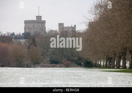 Windsor, UK. 23rd Jan, 2019. UK Weather: The year's first sprinkling of snow in front of Windsor Castle in Windsor Great Park. Today's forecast for Berkshire is cold, with sunny spells and a risk of wintry showers. Motorists have been warned to take care because of hazardous driving conditions. Credit: Mark Kerrison/Alamy Live News - Stock Photo