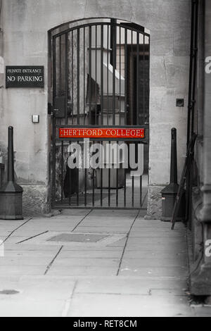 No parking sign outside a private side entrance metal gate to Hertford college, university of Oxford, England. - Stock Photo