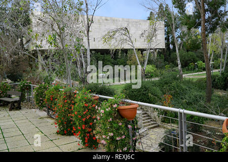 Hebrew University of Jerusalem, garden on Givat Ram Campus, with main library building in the background - Stock Photo