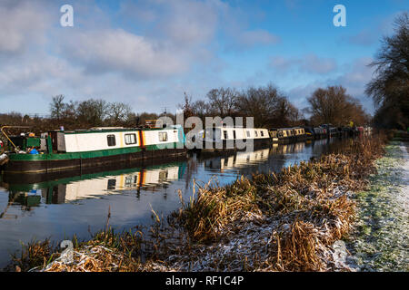 House boats and canal barges on the kennet and Avon Canal, Southcote and Burghfield, Reading, UK in winter - Stock Photo