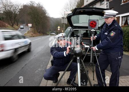 Police operating a speed control radar, Mettmann, North Rhine-Westphalia - Stock Photo