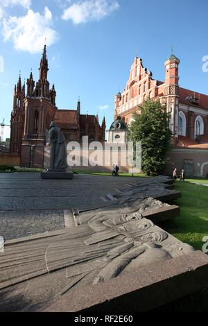Monument to the Polish poet Adam Mickiewicz in front of St. Anne's Church and St. Francis and Bernardine Church, Vilnius - Stock Photo