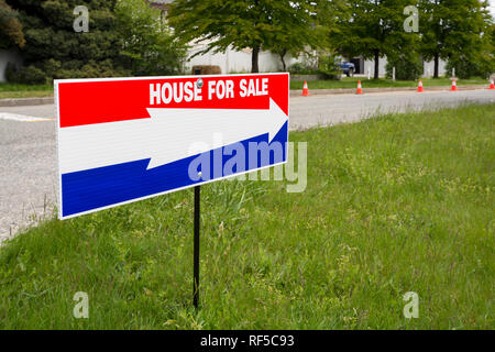 'House for sale' open house directional arrow on green lawn - Stock Photo