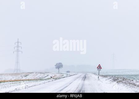 winterliche Straßenverhältnisse im Harz Landstraße - Stock Photo
