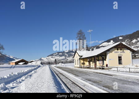 Kaprun, Bahnhof, Schmalspurbahn, Bahnsteig, Pinzgaubahn, Lokalbahn, Salzburg, Pinzgau, Winter, Schnee, Eis, Wintersport, Gondel, Österreich, Gipfel, - Stock Photo