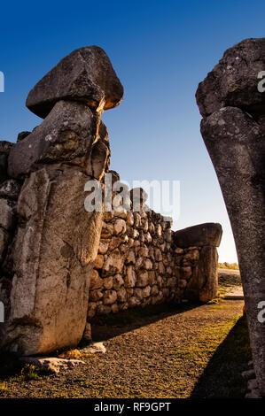 King Gate in the walls of the Hattusas, the capitale of the Hittites.  XVI-XIIIc. B.C. Bogazkale Hattusas, Turkey - Stock Photo