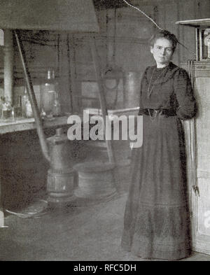 CURIE, Marie (Warsaw, 1867-Sancellemoz, 1934). French physicist. Along with her husband, Pierre Curie discovered radium in 1898 and received the Nobel Prize for Physics in 1903 and for Chemistry in 1911. It was the first woman to occupy a position in higher education (1906). Marie Curie in their laboratory. 'L'Illustration', 1911. - Stock Photo