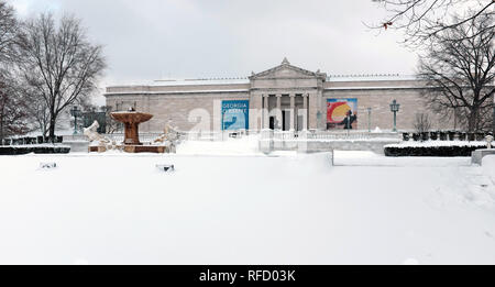 The classic south entrance to the Cleveland Museum of Art faces a typical snow-covered January landscape in Cleveland, Ohio, USA. - Stock Photo