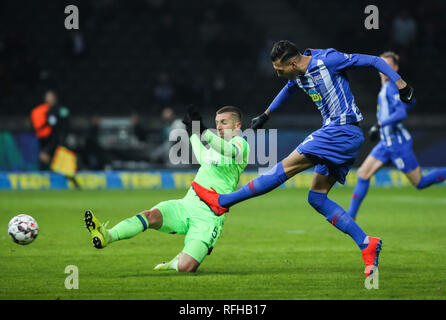 Berlin, Germany. 25th Jan, 2019. Hertha's Davie Selke (R) shoots during a German Bundesliga match between Hertha BSC and FC Schalke 04, in Berlin, Germany, on Jan. 25, 2019. The match ended 2-2. Credit: Shan Yuqi/Xinhua/Alamy Live News - Stock Photo
