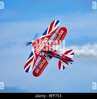 "Rich Goodwin performs a high alpha knife edge pass in his Pitts Special S-2S ""Muscle Biplane"" - Stock Photo"