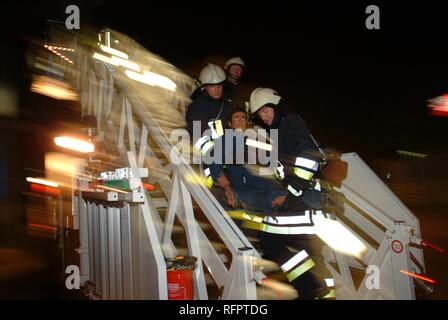 DEU, Federal Republic of Germany, Duesseldorf: Evacuation exercise of the airport fire service. People were rescued from the - Stock Photo