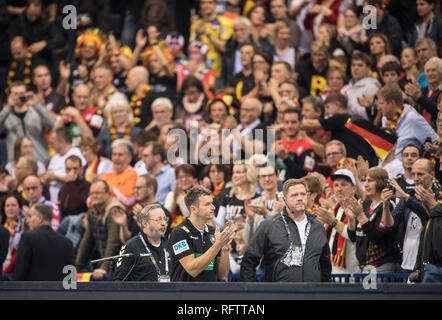 Hamburg, Deutschland. 25th Jan, 2019. coach Christian PROKOP (GER) thanks the fans after the game, clapping, claps. Semi-final Germany (GER) - Norway (NOR) 25-31, on 25.01.2019 in Hamburg/Germany. Handball World Cup 2019, from 10.01. - 27.01.2019 in Germany/Denmark. | usage worldwide Credit: dpa/Alamy Live News - Stock Photo