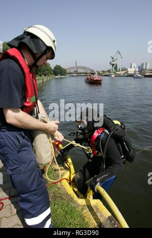 DEU, Federal Republic of Germany, Berlin: Rescue diver of the Berlin fire brigade at a rescue training. - Stock Photo
