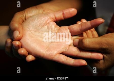 LKA, Sri Lanka : Siddhalepa Ayurveda Resort , hand massage.