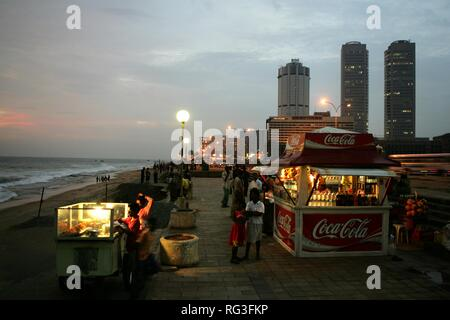 LKA, Sri Lanka : Capital Colombo, City center, GAlle Face Drive, Prommenade at the Indian Ocean. - Stock Photo