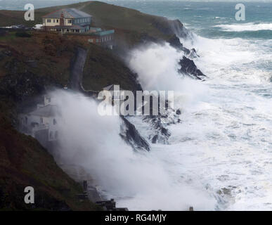 Newquay, Cornwall, UK. 27th Janaury 2019. Newquay,Cornwall, Homes and businesses at Lewinnick cove lashed by huge gale driven seas. Cornwall, 27th January 2019. UK weather: Cornwall lashed by gales. Credit: Robert Taylor/Alamy Live News - Stock Photo