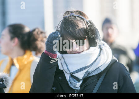 London, UK. 28th Jan, 2019. UK Weather: Pedestrians wrap up warm on Westminster Bridge on a cold and bright Winter morning in London Credit: amer ghazzal/Alamy Live News - Stock Photo