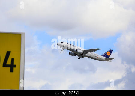 Lufthansa aircraft in the sky, Airport DŸsseldorf-International, DŸsseldorf, North Rhine-Westphalia, Germany, Europe, Lufthansa Flugzeug am Himmel, Fl