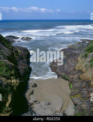 USA, Oregon, Siuslaw National Forest, Cape Perpetua Scenic Area,  The Devil's Churn is an eroded chasm which funnels incoming waves towards the shore. - Stock Photo