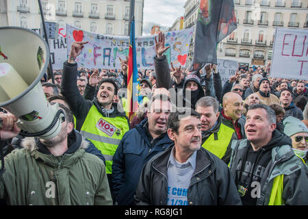 Madrid, Spain. 28th January 2019. Hundreds of taxi drivers protest againts Uber and cabify in Madrid, Puerta del sol. In the picture taxi drivers screaming thieves, thieves, in front of the city council of Madrid, Spain. Credit: Alberto Sibaja Ramírez/Alamy Live News - Stock Photo