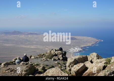 Blick vom Mirador de Ermita de las Nieves auf die Playa de Famara, Riscos de Famara, Lanzarote, Kanarische Inseln, Spanien
