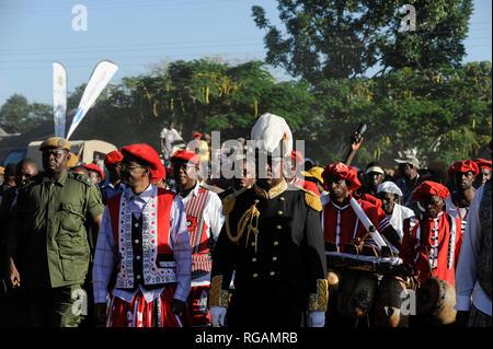 ZAMBIA Barotseland , Zambezi floodplain , Kuomboka ceremony in Limulunga, the Lozi king Lubosi Imwiko II. also called Litunga, change his lower land residence after raining time with the royal bark Nalikwanda to his upper land palace in Limulunga, arrival of His Majesty Mulena Yomuhulu Mbumu wa Lubosi Imwiko II, King of Barotseland with zambian vice president George Kunda / SAMBIA Barotseland , Flutebene des Zambezi Fluss , Kuomboka Fest in Limulunga, der Lozi Koenig, Litunga , Ankunft der koeniglichen Barke Nalikwanda in seiner Residenz in Limulunga - Stock Photo