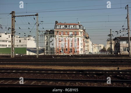 AJAXNETPHOTO. CLICHY, PARIS, FRANCE. - ACROSS THE TRACKS - VIEW LOOKING TOWARD RUE DE NEUILLY ACROSS RAIL TRACKS FROM ASNIERES TO GARE ST.LAZARE AT CLICHY. PHOTO:JONATHAN EASTLAND/AJAX REF:FX112703_5313 - Stock Photo